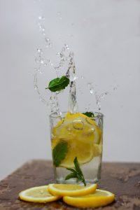 Korzyści picia wody z owocami