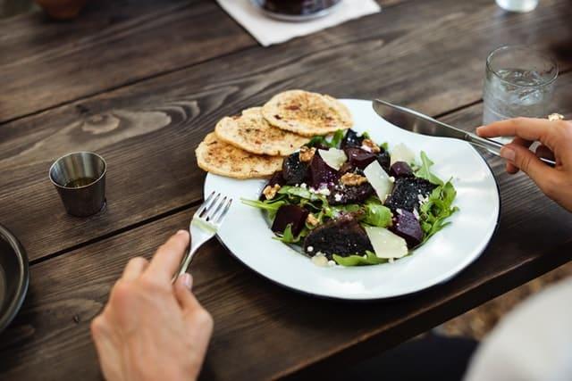 Odpowiednie techniki jedzenia, które mogą pomóc w odchudzaniu