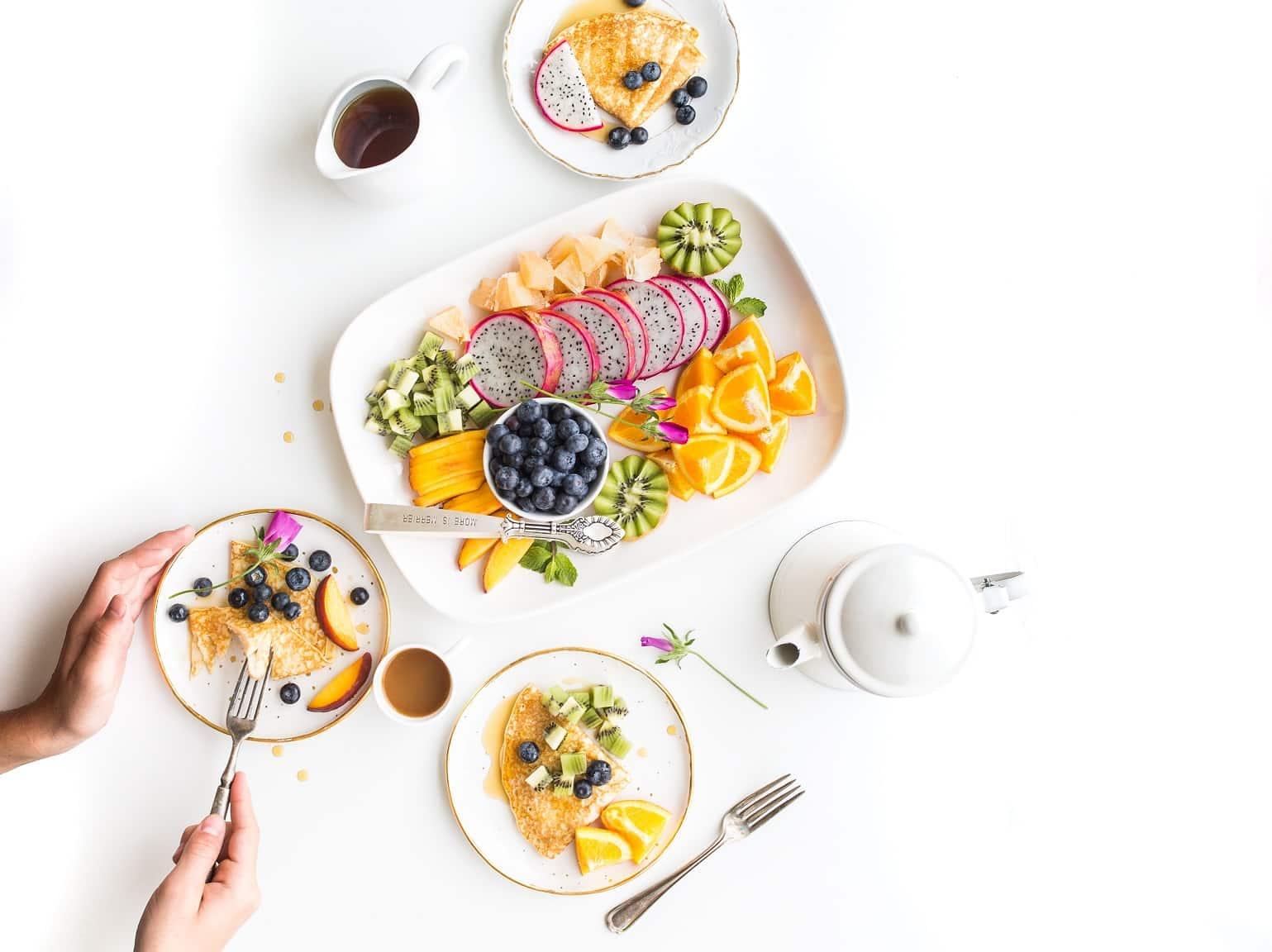Sprawdź czy można jeść owoce wieczorem, czy lepiej ich unikać