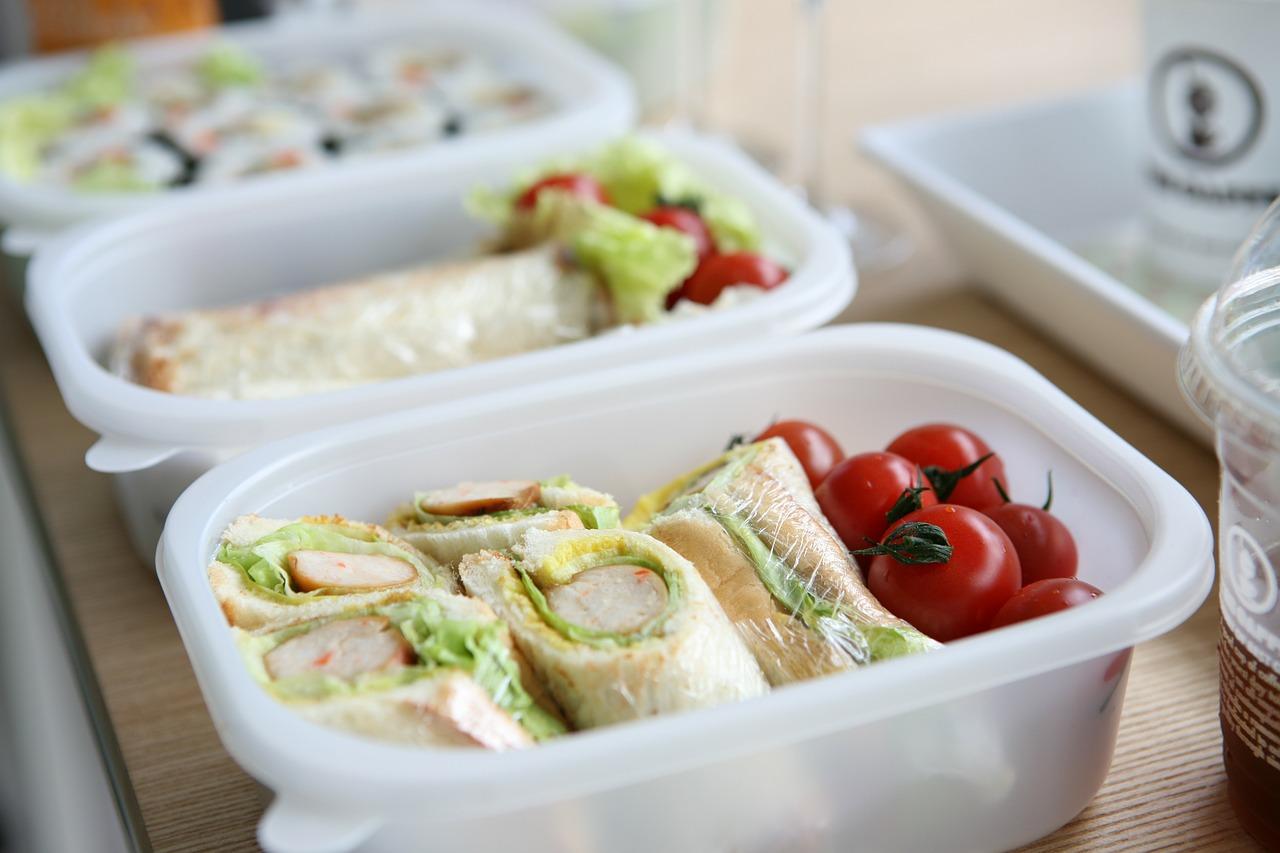 Catering dietetyczny w pracy — pomysł na wspólne posiłki